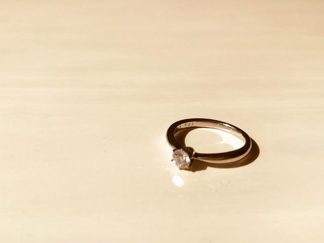 テーブルに置かれた指輪