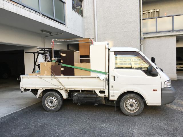 不用品が載ったトラック