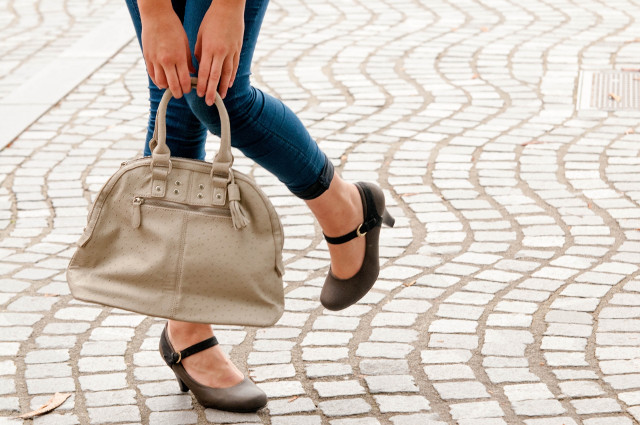 バッグを持ってポージングしている女性